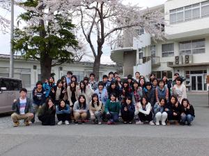 校舎前の桜の木の下で