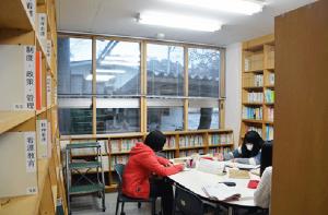 図書館で勉学に励む学生